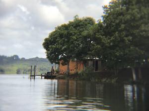 Ribeirinhos em casas de palafita às margens do lago Tucuruí, no Pará: exposição excessiva ao metal