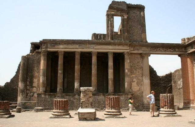 Basílica em Pompéia. Destroços da cidade foram analisados por pesquisadores da Universidade de Tulane, dos EUA (Foto: Wikimedia Commons)