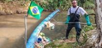 Vendedor gastou cerca de mil reais com a construção da barreira; ele mantém o rio limpo tirando o lixo acumulado na ferramenta que construiu