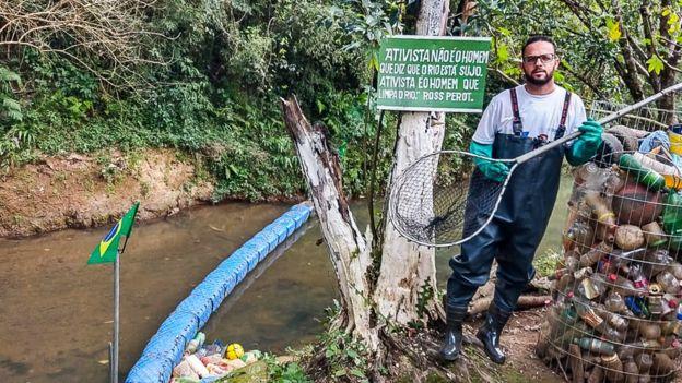 Para Diego, barreira já ajudou a conscientizar população da cidade – hoje, ele tira bem menos lixo do que tirava no início