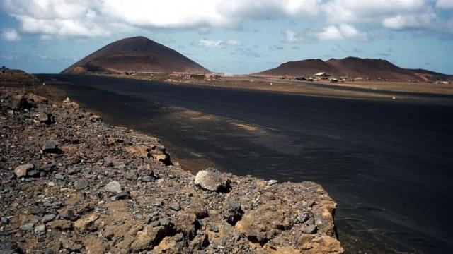 Os Estados Unidos têm uma base aérea na ilha - Getty Images