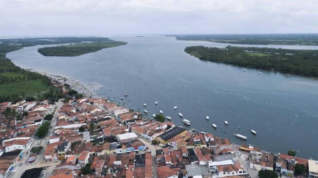 Vista aérea da cidade de Piaçabuçu, Alagoas, que fica na foz do Rio São Francisco. RAONI MADDALENA