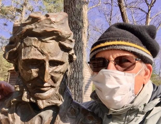 Richard Primack usa uma máscara ao repetir as observações de Henry David Thoreau durante a primavera e o outono em Concord, Massachusetts. Richard Primack, CC BY-ND.