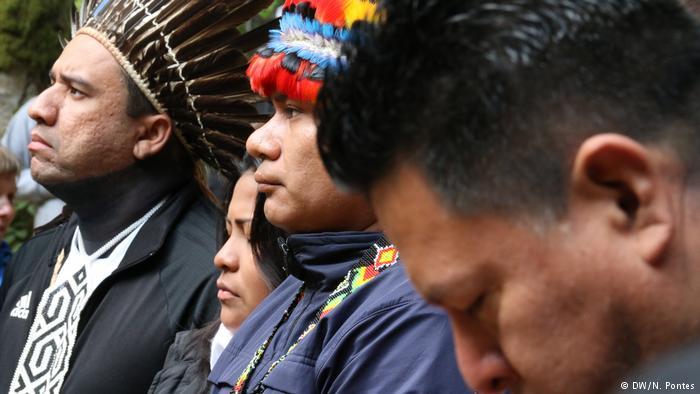 Indígenas latinoamericanos em encontro organizado pela tribo yurok na Califórnia