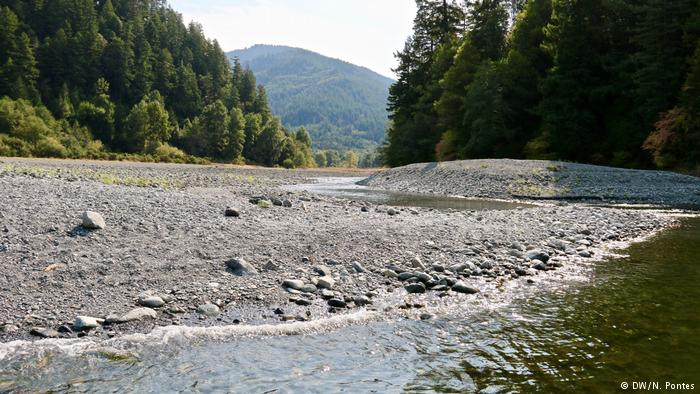 Encontro do riacho Azul, um dos mais importantes para os yurok, e o rio Klamath, na Califórnia, EUA