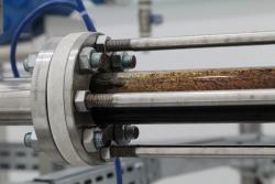Tubulações sofrem pelo processo de corrosão combinado com efeitos hidrodinâmicos do escoamento, o que pode provocar falhas e prejudicar a exploração