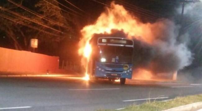 onibus incendiado em Vitória - ES