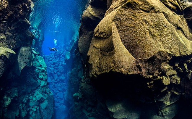 652046414-mergulhador-britanico-fotografa-falha-geologica-entre-dois-continentes-na-islandia-4067581520