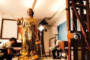 © LÉO RAMOS CHAVESA restauradora Ana Cristina Jacinto recupera o São João Evangelista da igreja da Candelária em Itu