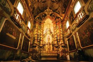 © LÉO RAMOS CHAVES - Na capela-mor da Candelária, altar, teto e paredes foram restaurados... Na capela-mor da Candelária, altar, teto e paredes foram restaurados…
