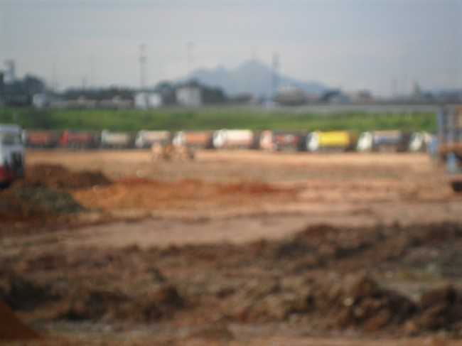 Fila de Caminhões para despejo de resíduos na Lagoa