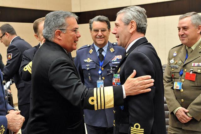 Almirante David Rene Moreno Moreno (Chefe da Defesa da Colombia) cumprimenta o Almirante Giampaolo Di Paola (Comandante do Comitê Militar da NATO (OTAN - Organização do Tratado do Atlântico Norte)