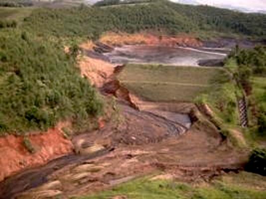 Barragem de Rejeitos da Fabricação de Celulose da Florestal Cataguazes - Rompimento causou o derrame de 500 milhões de Litros de resíduos, afetando os estados de Minas Gerais e Rio de Janeiro