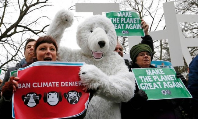 Ambientalistas protestam contra Trump na Bélgica; 'Faça o planeta grande novamente', diz placa em paródia a slogan do republicano - YVES HERMAN / REUTERS