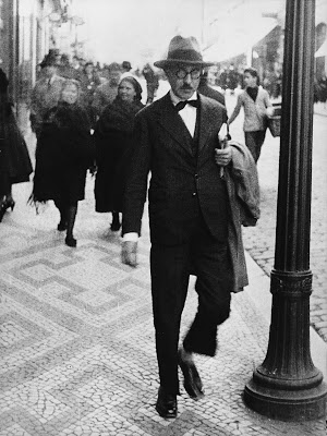 "Fernando Pessoa e a apoteose do absurdo ""absurdemos a vida, de leste a oeste"""