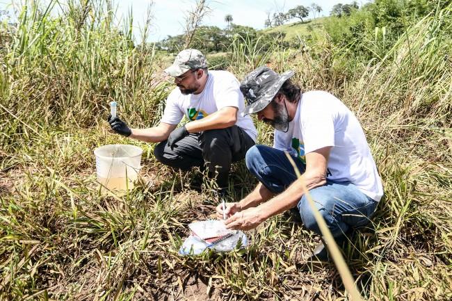 Equipe colhendo amostras do Rio Paraopeba