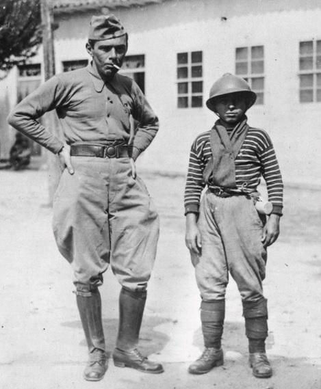 Guilherme de Almeida, à esquerda,  como voluntário da Revolução de 1932