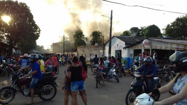 População revoltada ateia fogo ás sedes do IBAMA e ICMBio em Humaitá - AM