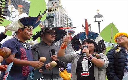 Indígenas brasileiros protestam na Europa pelos seus direitos. Foto: Divulgação