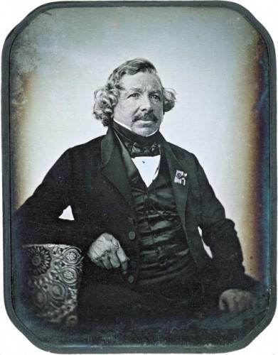Retrato de Louis-Jacques-Mandé Daguerre (1844) • Jean Baptiste Sabatier-Blot (1801-1881) • daguerreótipo • 6,9 x 9,1 cm • George Eastman House, Rochester, Nova York, EUA