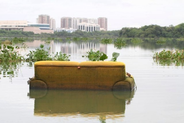 Resíduos de todos os tipos na Lagoa da Tijuca, como esse sofá, que tal? /Foto: Mario Moscatelli