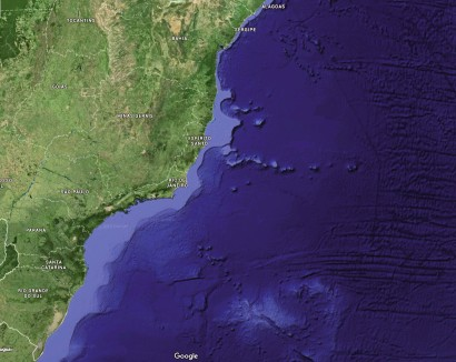 Potencial para expansão: larga na porção centro-sul da costa brasileira, a plataforma continental (em azul claro) se estreita da Bahia para o norte(Google Maps)