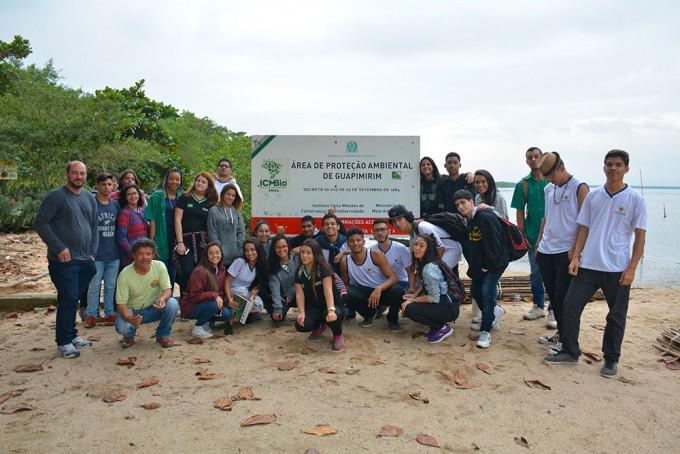 Grupo de estudantes posa em frente à placa da APA de Guapimirim. (Foto: Gian Cornachini)