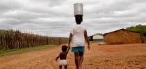 Mulher-carrega-água-no-Nordeste-brasileiro
