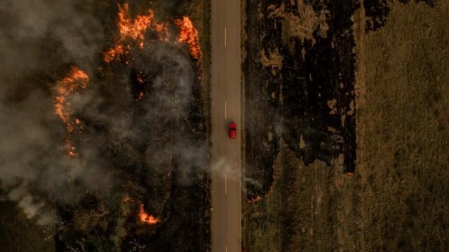Na BR-364 que liga Rio Branco a Sena Madureira, no Acre, não é difícil encontrar queimadas que terminam por se espalhar para a floresta.(foto Marcio Pimenta\0