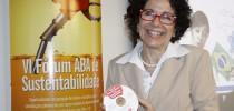Nadja Sasson Vaz, gerente da ABA, segura o guia que foi distribuído aos participantes do VI Fórum ABA de Sustentabilidade
