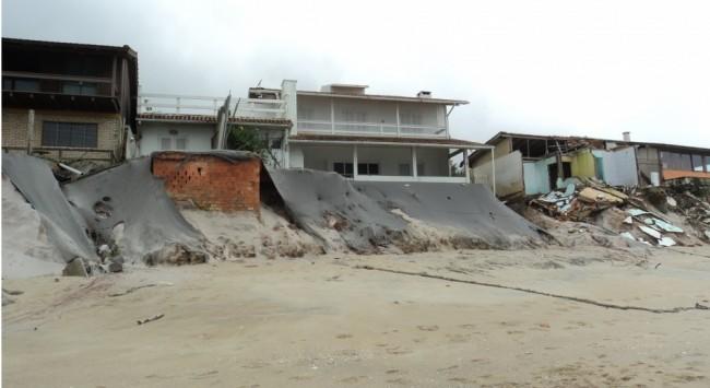 Ressacas intensas estão se tornando cada vez mais comuns no Brasil: elas atingem diversas regiões do País, como a Praia Morro das Pedras, em Florianópolis (Crédito foto: Mirela Serafim, 2011)...
