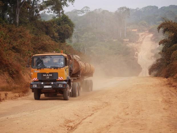 Caminhão carregando madeira em uma estrada de terra em Camarões. Foto: William Laurance.