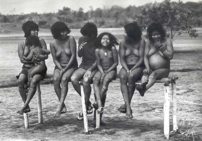 Mulheres Uru-Eu-Wau-Wau em 1985. Relatos sobre existência dos índios datam do início do século XX, mas só em 1976 as primeiras aldeias foram localizadas (Foto: Jesco von Puttkamer)