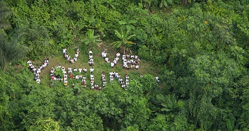 Ativistas formam frase em clareira no Parque Yasuní no Equador, centro do debate mundial sobre as REDD+ (Imagem: Reprodução/Internet)