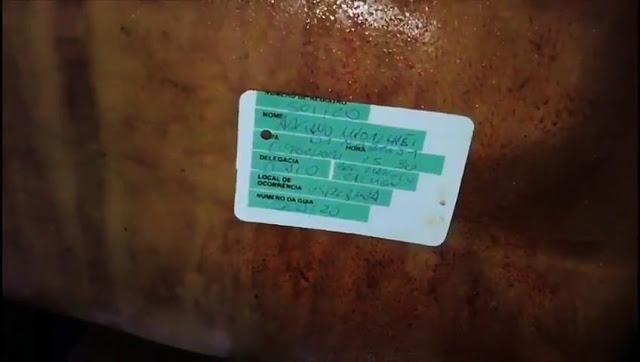 Identificação no corpo do ex-policial Adriano Nóbrega, no IML do Rio, em vídeo divulgado pelo Senador Flávio Bolsonaro - Marcas de Tortura evidentes