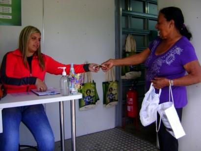 """Foto de divulgação do Projeto """"Recicle mais, pague menos"""", no site AES Brasil."""