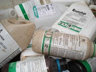 Embalagens vazias de agrotóxicos. Imagem: Reprodução/Internet (em atendimento à norma legal 9.610/98)