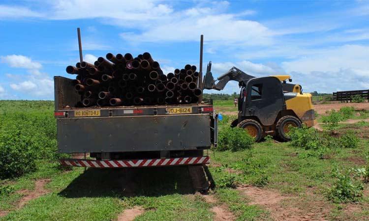 Carregamento de tubos de aço já chegou à reserva em Mato Grosso. Eles serão usados para delimitar a área do santuário (foto: Santuário dos Elefantes/ Divulgação )