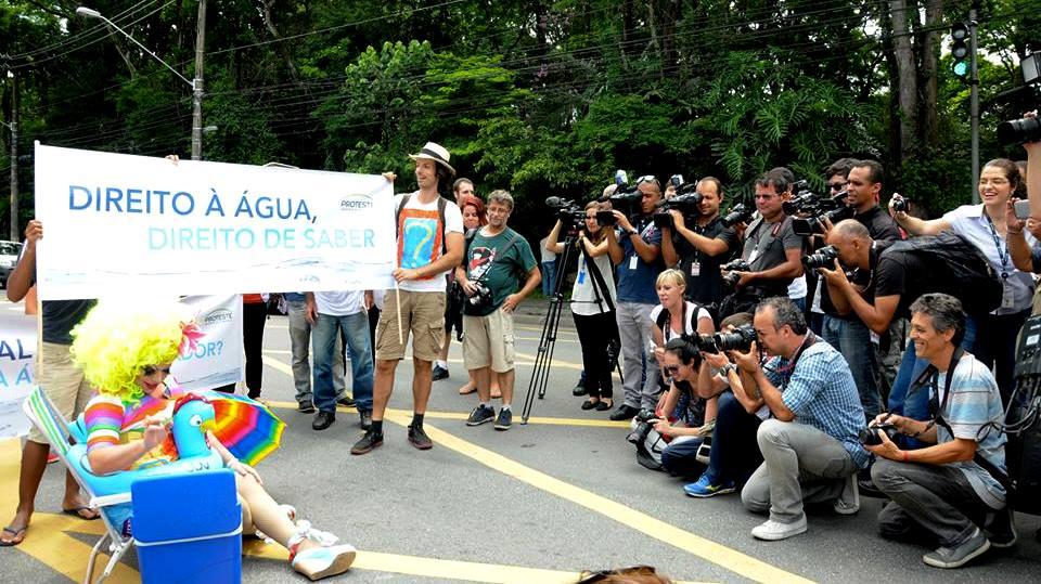 """Grupo em frente ao Palácio do Governo protesta contra o """"silêncio"""" do governador  Alckmin - Foto Cláudio Arouca."""
