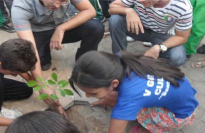Alunos voluntários receberam treinamento para o plantio e cuidado das mudas de ipê amarelo. (Foto: Prof. Geílson Arruda dos Reis)
