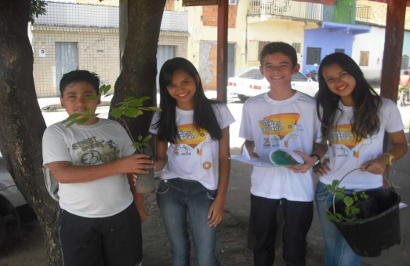 120 mudas de ipê amarelo foram plantadas pelos voluntários do Projeto Bacuri Verde (Foto: Prof. Geílson Arruda dos Reis)