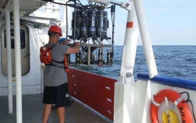 Cientistas usam sensor especial para coletar água no Golfo do México e medir os níveis de oxigênio (Foto: NOAA)