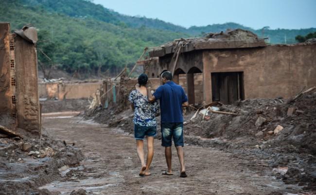 Mariana (MG) - Rompimento de duas barragens da mineradora Samarco na última quinta-feira (5). Em meio ao cenário de muita lama, barro e destruição, bombeiros fazem buscas atrás de vítimas (Antonio Cruz/Agência Brasil)