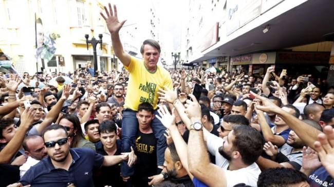 Bolsonaro carregado pela multidão em Juiz de Fora, momentos antes de ser esfaqueado