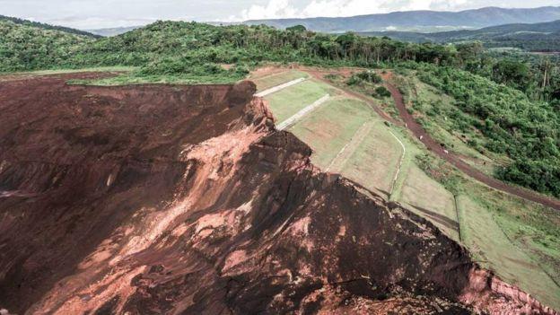 Lama liberada pelo colapso da barragem varreu tudo o que estava pelo caminho