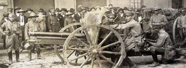 Tenente Cabanas e seus homens opera um canhão 75mm - 1924