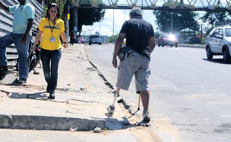 Pessoas com deficiência são as que mais sofrem com as péssimas condições das calçadas.
