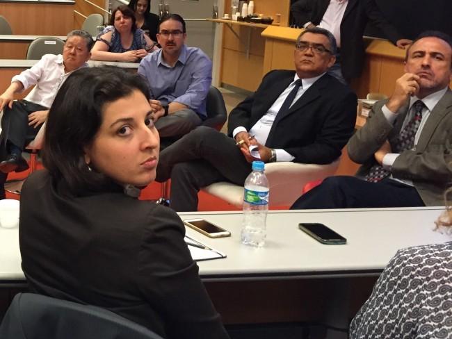 Paula Pereda em primeiro plano e os pesquisadores Roberto Kishinami, Bernard Appy, Marcelo Leite e Sérgio Leitão em sentido horário. (Foto DD)