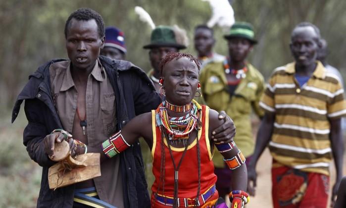 Homem leva menina, à força, para cerimônia de casamento, depois que ela tentou fugir - SIEGFRIED MODOLA / REUTERS