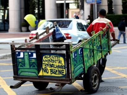 """CARROCA02 SÃO PAULO/SP 06/10/2010 GRAFITE EM CARROÇAS CIDADES ESPECIAL - O grafiteiro """"Mundano"""" faz intervenções em carroças de catadores de materiais recicláveis que andam pela cidade. FOTO: HÉLVIO ROMERO/AE"""